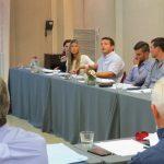 Operadores de YPF trabajan en la redacción de un documento sobre la situación del sector