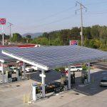 Para ahorrar electricidad, instalarán paneles solares en 5.000 Estaciones de Servicio