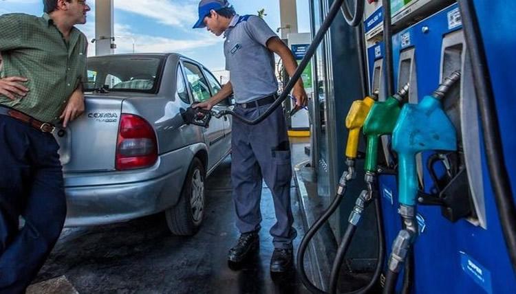 Por la baja del crudo se reduce el atraso de los precios de los combustibles
