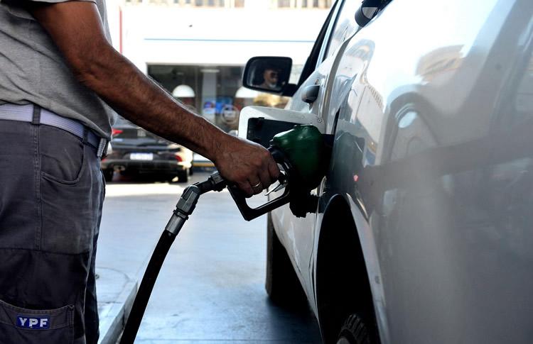 El gobierno postergó hasta abril la suba del impuesto a la nafta y el gasoil