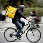 Adaptarse a los tiempos que corren: AXION Energy hace una alianza con Glovo para entregar mercadería a domicilio