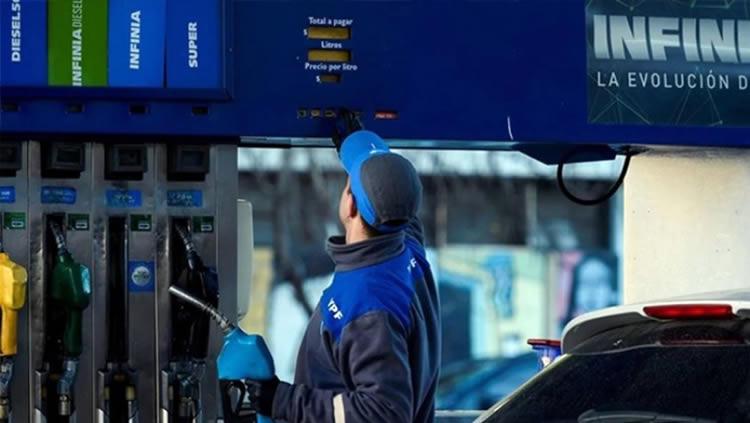 Con el precio de la nafta cada vez más cerca de los tres dígitos, advierten sobre la capacidad de adaptación de los surtidores