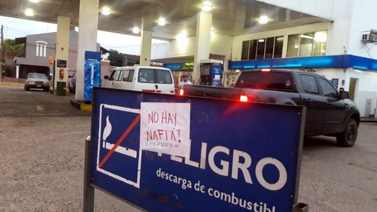 Neuquén al rojo vivo: YPF de 12 localidades ya no tienen productos y particulares venden el litro de nafta a casi el doble de su valor