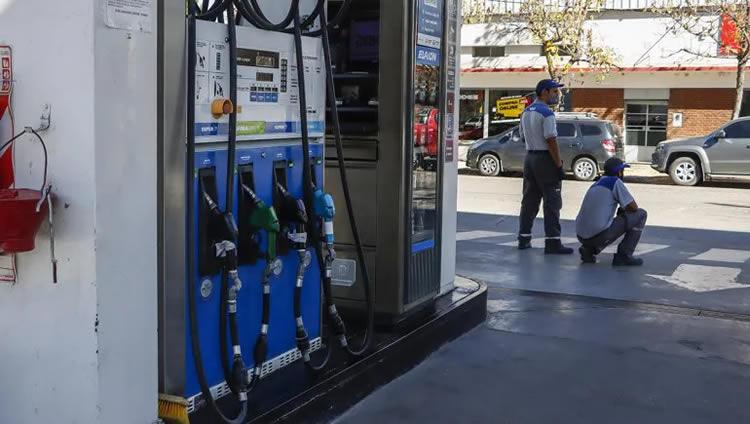 El corte de rutas en Neuquén afecta al abastecimiento de combustible en Estaciones de Servicio de por lo menos 11 localidades