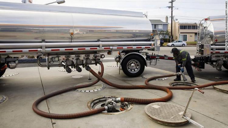 Cruje el congelamiento de precios de los combustibles y las estaciones blancas están al límite